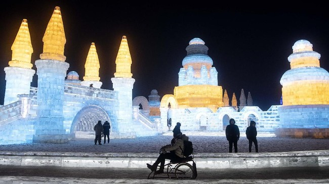 Tidak hanya berfoto atau main salju, di sini pengunjung juga bisa bermain ski dan menikmati pesta kembang api. (NOEL CELIS / AFP)