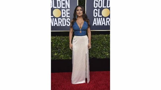 Salma Hayek tampil seksi saat membacakan nominasi. Namun, atasan lace berwarna biru tak berpadu sempurna dengan bawahan Gucci berwarna pink nude.(Photo by Jordan Strauss/Invision/AP)