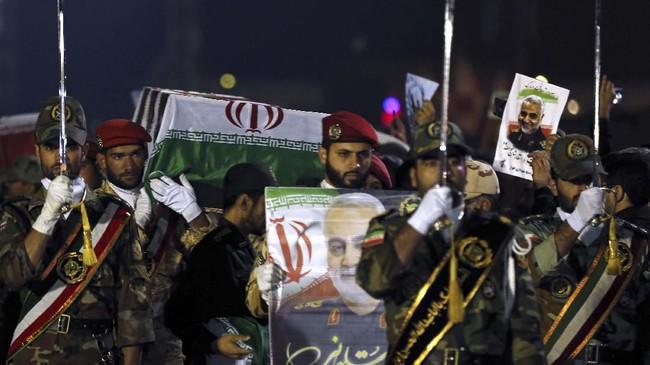 Jenazah Jenderal Iran, Qasem Soleimani diarak jutaan warga menuju kota Ahvaz beberapa jam setelah tiba di Teheran.(HOSSEIN MERSADI / fars news / AFP)