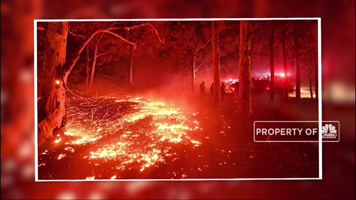 Kebakaran besar yang tengah terjadi juga telah merenggut nyawa seorang petugas pemadam kebakaran di Victoria.