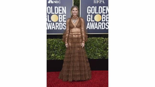 Gwyneth Paltrow rupanya tak ragu memamerkan lekuk tubuh dalam gaun ruffles serba menerawang. Bahkan bintang The Politician ini turut pamer pakaian dalamnya. (Photo by Jordan Strauss/Invision/AP)