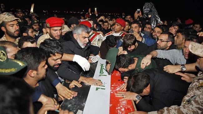 Jasad Soleimani rencananya akan diarak ke sejumlah kota di Iran sebelum dimakamkan pada Selasa (7/1).(HOSSEIN MERSADI / fars news / AFP)