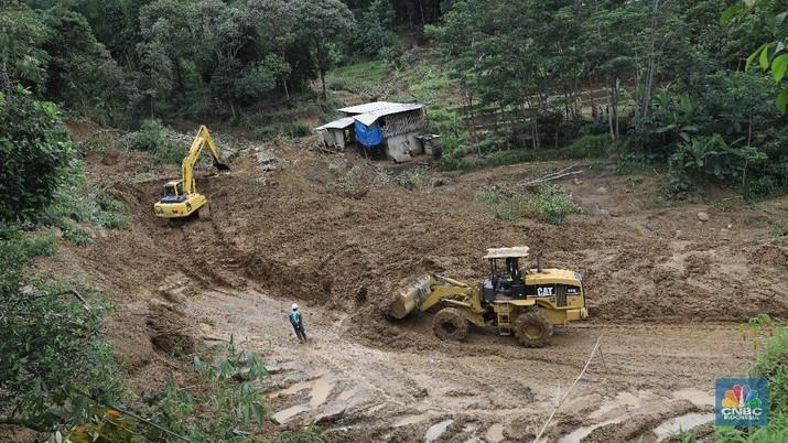 Perjuangan Berat Mengantar Bantuan Korban Longsor di Sukajaya