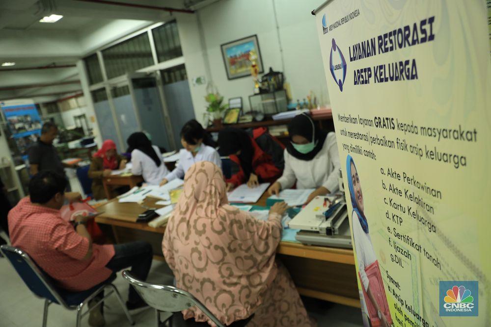 Arsip Nasional Republik Indonesia (ANRI) memberikan layanan restorasi/perawatan arsip keluarga (Laraska) secara GRATIS bagi masyarakat yang terkena musibah bencana banjir. Laraska ini dilaksanakan terhitung mulai 2 Januari 2020 pada hari kerja (Senin s.d Jum'at) mulai pukul 08.30 – 15.00 WIB. (CNBC Indonesia/ Tri Susilo)