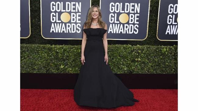 Jennifer Aniston tampil sederhana dan cantik dalam balutan gaun strapless berwarna hitam rancangan Dior. Tak ada detail dan aksosori berlebihan yang dikenakannya. (Photo by Jordan Strauss/Invision/AP)