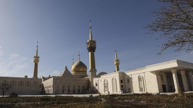 Mausoleum Ruhollah Khomeini menjadi lokasi makam Ayatollah Ruhollah Khomeini - pendiri republik Islam - dan keluarganya, bersama dengan tokoh-tokoh politik lainnya. Ini adalah situs ziarah penting di Iran. (AFP PHOTO/Atta Kenare)