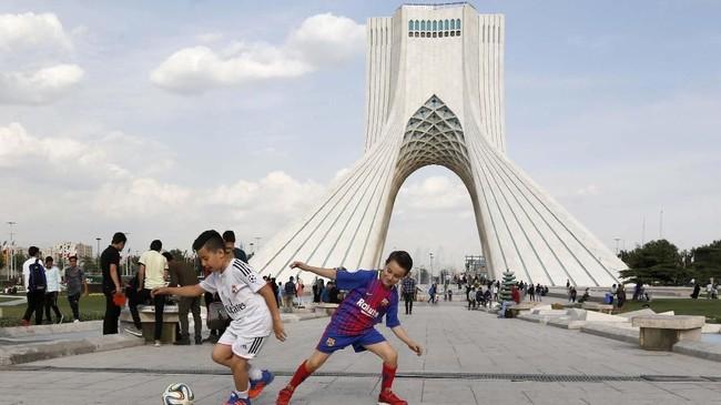 Menara Azadi (Kebebasan) yang saat ini sering menjadi lokasi aksi demonstrasi di Iran. (AFP PHOTO/Atta Kenare)