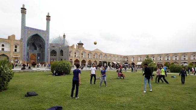 Naqsh-e Jahan Square di Isfahan, Iran, yang dibangun abad ke-17. Ketegangan politik antara Iran dan Amerika Serikat melahirkan kekhawatirkan akan serangan bersenjata terhadap 20 situs sejarah di Iran yang masuk daftar warisan dunia UNESCO. (AFP PHOTO/Atta Kenare)