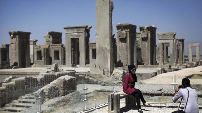 Reruntuhan Persepolis di Shiraz, Iran. Persepolis adalah salah satu komplek arsitektur terbesar yang dibangun dari batu kapur. Ini adalah kediaman kerajaan Achaemenid Persia pada 550-330 SM, namun kemudian dibakar dan dijarah oleh Alexander Agung pada 330 SM. (AFP PHOTO/Behrouz Mehri)