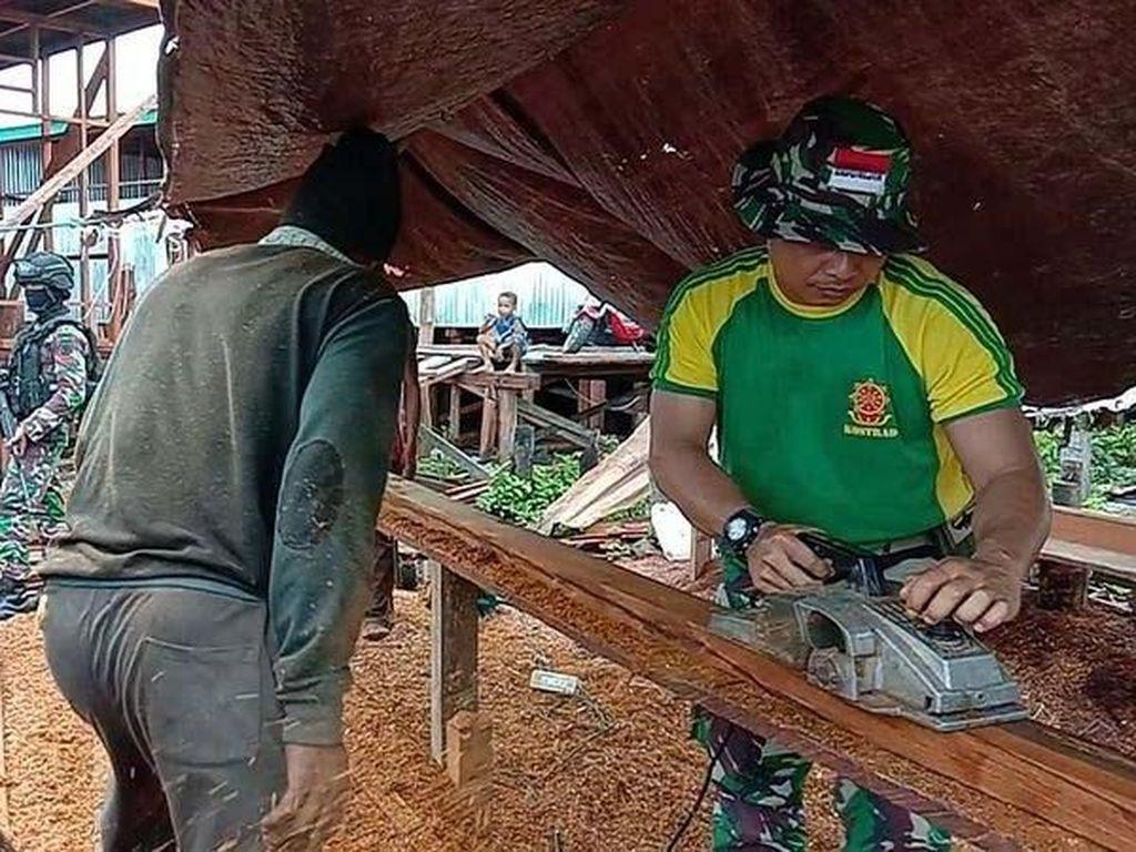 Ruben salah satu masyarakat yang ikut bersama sama berpartisipasi dalam kegiatan tersebut memberikan apresiasi terhadap kerjasama dan bantuan dari anggota TNI yang mau membantu pembangunan pasar tersebut. Pool/Kapen Kostrad.