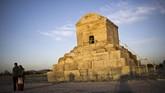 Makam Cyrus II Persia, yang dikenal sebagai Cyrus the Great, pendiri Kekaisaran Achaemenid Persia pada abad ke-6 SM di kota Pasargadae, 135 kilometer utara timur kota selatan Shiraz. Di bawah pemerintahannya, Kekaisaran Achaemenid sempat menciptakan kerajaan terbesar di dunia. (AFP PHOTO/Behrouz Mehri)