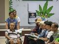 FOTO : Antrean Pengobatan Ganja di Bangkok