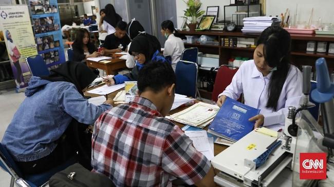 Warga mendaftar untuk merestorasi dokumen yang terendam banjirawal 2020 kepada Tim Penanganan Arsip Bencana di kantor Arsip Nasional Republik Indonesia (ANRI), Jakarta, Selasa, 7 Desember 2020. (CNNIndonesia/Safir Makki)
