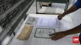 Tidak semua dokumen berhasil dikembalikan seperti semula antara lain karena tulisan sudah luntur, laminasi yang tebal susah dibuka. (CNNIndonesia/Safir Makki)