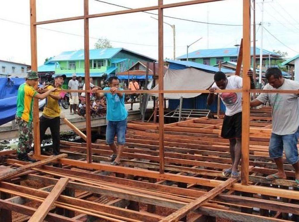 Satgas Yonif 755 Kostrad membangun kembali pasar di Distrik Agast Kabupaten Asmat yang pada tahun lalu mengalami kebakaran hebat. Pool/Kapen Kostrad.