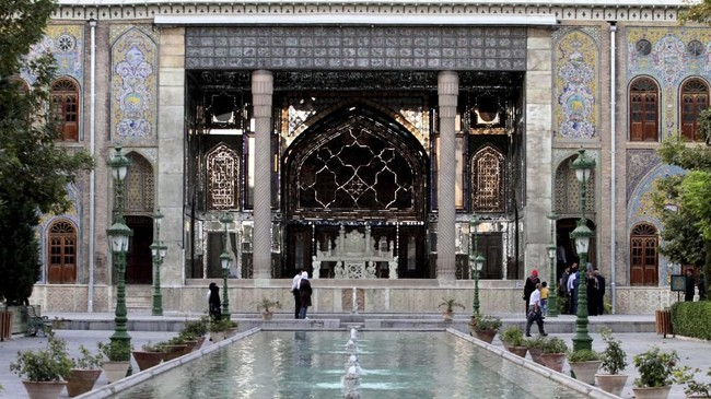 Istana Golestan adalah kompleks bangunan kerajaan di Tehran dengan interior yang artistik dan detail. Bangunan ini merupakan kediaman resmi dinasti Qajar di abad ke-19. (AFP PHOTO/Atta Kenare)