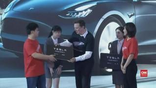 VIDEO: Elon Musk Serahkan Model 3 ke Pembeli di China