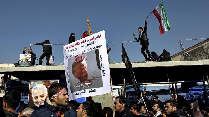 Serangan itu merupakan balasan atas kematian pemimpin Pasukan Quds, sayap eksternal Garda Revolusi Iran, Jenderal Qasem Soleimani, pekan lalu.