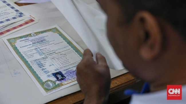 Ijazah milik warga paling banyak yang direstorasi petugas ANRI. Proses ini memakan waktu 1 hingga 2 hari. (CNNIndonesia/Safir Makki)