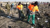 Sebuah pesawat Boeing 737 milik maskapai Ukraina jatuh di Bandara Imam Khomeini di Teheran, Iran, Rabu (8/1).(Photo by - / AFP)