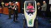 Sepeda listrik beroda tiga unjuk gigi di CES 2020. (Photo by Robyn Beck / AFP)
