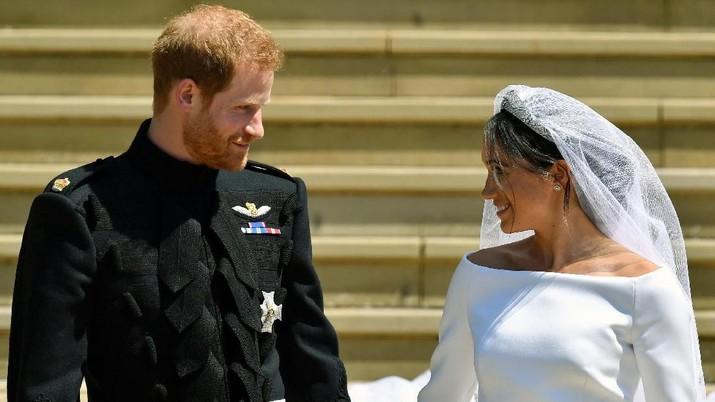 Pangeran Harry & Meghan Markle memutuskan keluar dari anggota istana, dan menjalani hidup sebagai pasangan biasa.
