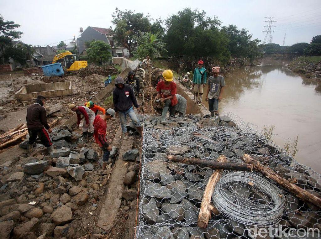 Perbaikan sementara tanggul Kali Bekasi itu pun dilakukan untuk mengantisipasi meluapnya kembali air kali saat hujan kembali mengguyur kawasan tersebut.