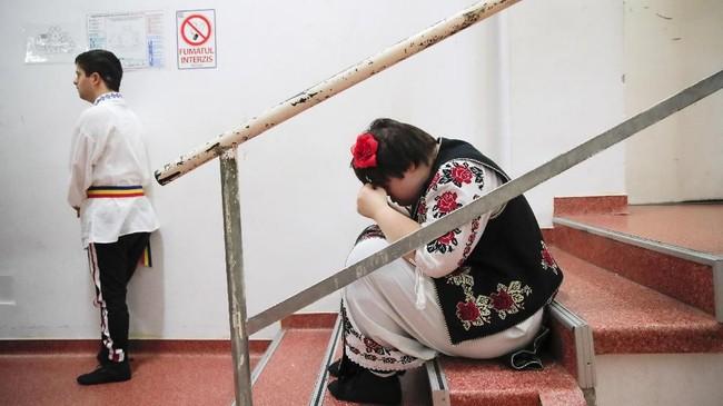 Selama era komunis di Romania, anak-anak dengan down syndrome kerap dibungkam, dijauhkan dari sekolah dan berbagai interaksi sosial. (AP Photo/Vadim Ghirda)