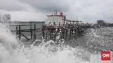 Gelombang air laut yang tinggi di kawasan Muara Baru, Jakarta, Kamis, 9 Januari 2020. Badan Meteorologi, Klimatologi, dan Geofisika (BMKG) memperkirakan daerah pesisir Jakarta Utara mengalami air pasang maksimum pada 9 Januari hingga 11 Januari 2020. (CNNIndonesia/Safir Makki)