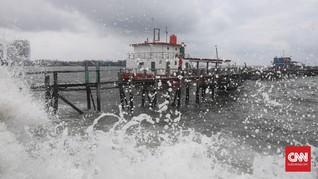 FOTO : Gelombang Tinggi Air Laut di Pesisir Jakarta