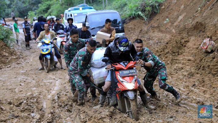Kendaraan sudah dapat melalui akses jalan di sana, namun material lumpur yang tebal masih menyulitkan warga untuk melintas.
