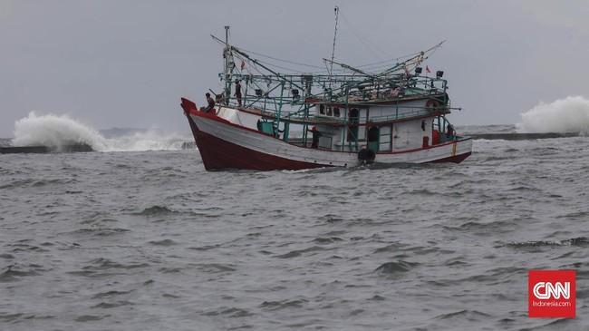 Kapal nelayan melawan gelombang air laut yang tinggi di kawasan Muara Baru, Jakarta, Kamis, 9 Januari 2020. (CNNIndonesia/Safir Makki)