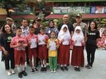 Gojek Pertama Bagikan Bantuan Seragam Sekolah di 5 Kotamadya