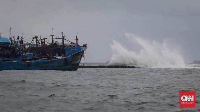 Kapal nelayan banyak bersandar tidak melaut karena gelombang air laut yang tinggi di kawasan Muara Baru, Jakarta, Kamis, 9 Januari 2020. (CNNIndonesia/Safir Makki)