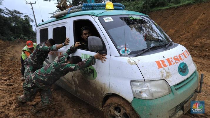 Sulitnya Membuka Akses ke Desa yang Terisolasi di Sukajaya