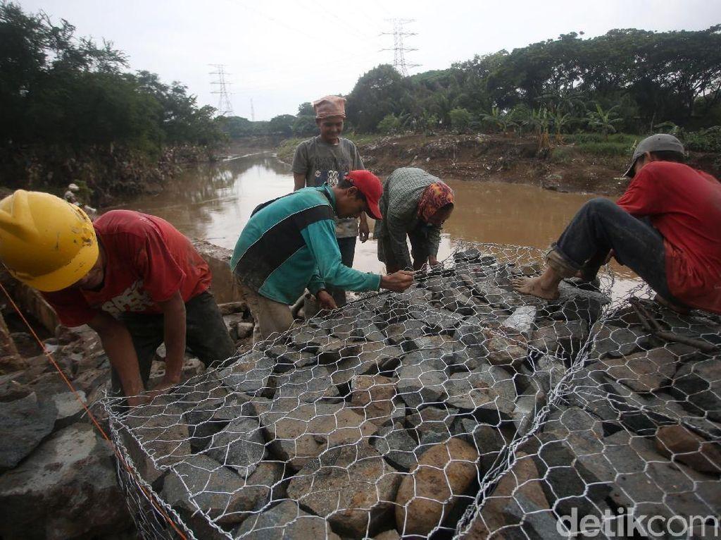 Perbaikan sementara tanggul Kali Bekasi itu dilakukan usai banjir surut di kawasan Pondok Mitra Lestari.