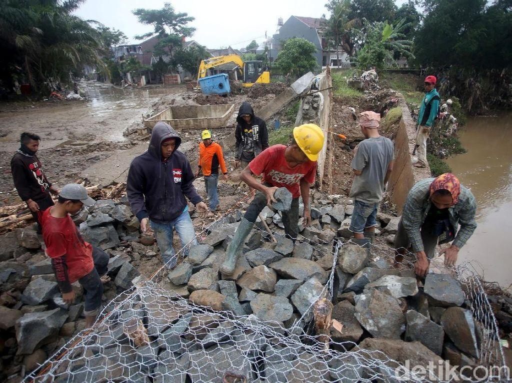 Perbaikan sementara itu dilakukan usai tanggul di kali tersebut jebol hingga menyebabkan rumah warga yang berada di kawasan tersebut terendam banjir.