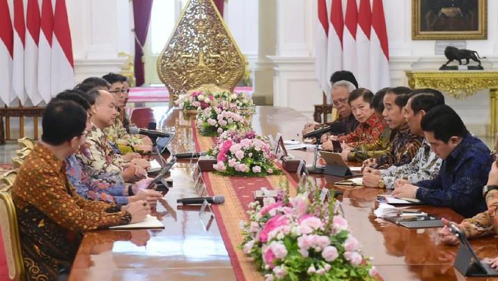 Presiden Joko Widodo didampingi sejumlah menteri menerima CEO SoftBank Jepang Masayoshi Son, Jumat (10/1) pagi.  (Biro Pers Sekretariat Presiden/Muchlis Jr)