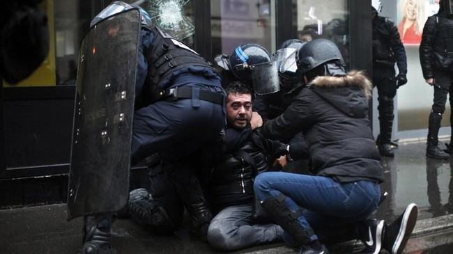 Serikat buruh dan sejumlah elemen kelas pekerja di Prancis mengancam akan menggelar demo lebih besar lagi pada Sabtu (10/1) besok, jika pemerintah tak kunjung menerima keberatan mereka. (AP Photo/Thibault Camus)