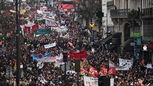 Anggota serikat buruh, guru dan sejumlah pegawai sektor publik di sejumlah kota di Prancis kembali berdemonstrasi pada Kamis (9/1) kemarin. (Photo by Alain JOCARD / AFP)