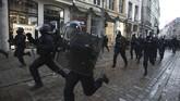 Bentrokan antara polisi dan demonstran sempat terjadi di Kota Lille.(AP Photo/Michel Spingler)
