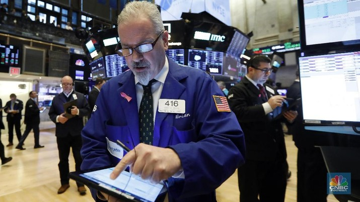 Trader Timothy Nick works in his booth on the floor of the New York Stock Exchange, Thursday, Jan. 9, 2020. Stocks are opening broadly higher on Wall Street as traders welcome news that China's top trade official will head to Washington next week to sign a preliminary trade deal with the U.S. (AP Photo/Richard Drew)