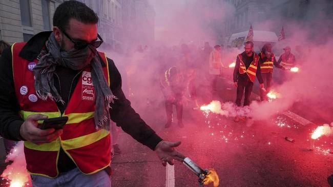 Sebagian penduduk Prancis kesulitan saat hendak bekerja karena banyak transportasi umum mogok. Kegiatan belajar di sekolah juga terganggu akibat guru-guru yang ikut berunjuk rasa. (AP Photo/Laurent Cipriani)