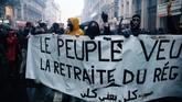 Mereka tetap menuntut pemerintah membatalkan rencana mengubah aturan tunjangan dan masa pensiun.(Photo by Abdulmonam EASSA / AFP)