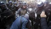 Para demonstran mengancam akan terus melakukan mogok kerja sampai tuntutan mereka dipenuhi. (AP Photo/Thibault Camus)