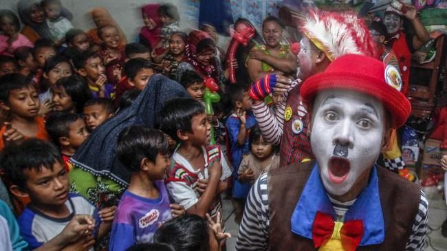 Badut yang tergabung dalam komunitas Badut Depok Bogor Raya (Debora) menghibur anak-anak di posko pengungsian korban banjir bandang dan longsor di SDN Sukajaya 03, Harkat Jaya, Sukajaya, Bogor, Jawa Barat, Kamis (9/1/2020). (ANTARA FOTO/Yulius Satria Wijaya/aww.)