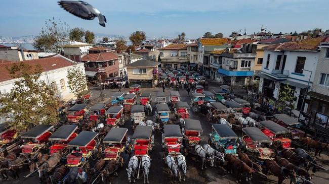 Pemandangan umum dari area tempat kereta kuda terparkir dan menunggu penumpang di pulau Buyukada di luar Istanbul. (Photo by Yasin AKGUL / AFP)