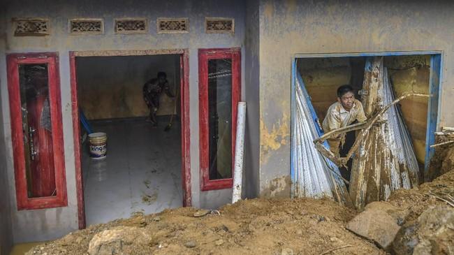 Warga membersihkan endapan lumpur sisa tanah longsor dan banjir bandang di rumah mereka di Desa Adat Urug, Kecamatan Sukajaya, Kabupaten Bogor, Jawa Barat. (ANTARA FOTO/Galih Pradipta/wsj.)