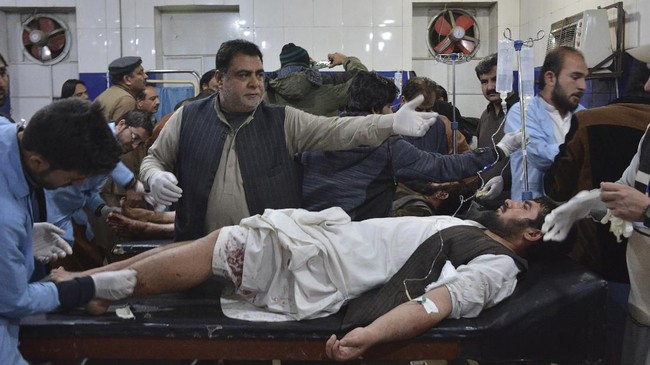 Tim medis memberikan pengobatan pada mereka yang terluka akibat pemboman di masjid di Quetta. (Photo by BANARAS KHAN / AFP)