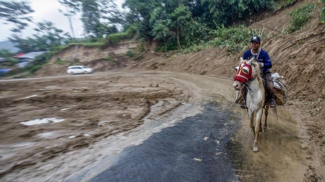 Karena jalur yang sulit, relawan membawa bantuan sembako dan pakaian dengan menunggang kuda. Distribusi logistik kepada warga korban bencana masih menjadi kendala dalam penanganan bencana tanah longsor karena akses jalan yang terputus. (ANTARA FOTO/Yulius Satria Wijaya/aww.)